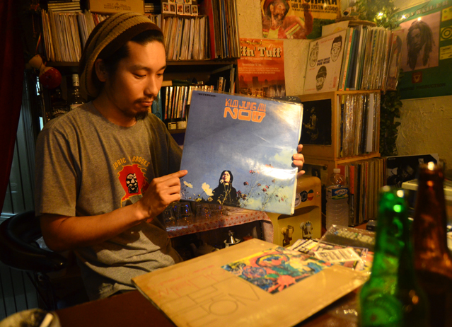 Vinyl collector Fujimoto shows off some of the latest acquisitions in his record collection.