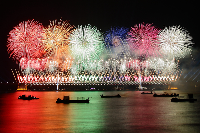 The Busan Fireworks Festival is a combination of fireworks, K-pop, and parades. Magnificent fireworks will be displayed around Gwangan Bridge (photo courtesy of Busan Fireworks Festival).