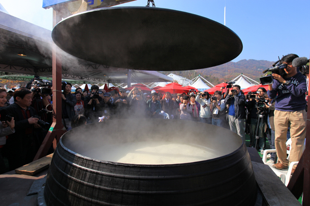 highlight of the Icheon Rice Cultural Festival is to watch rice being cooked in a huge iron cauldron so big that people have to use shovels for the rice (photo courtesy of Icheon Rice Cultural Festival).