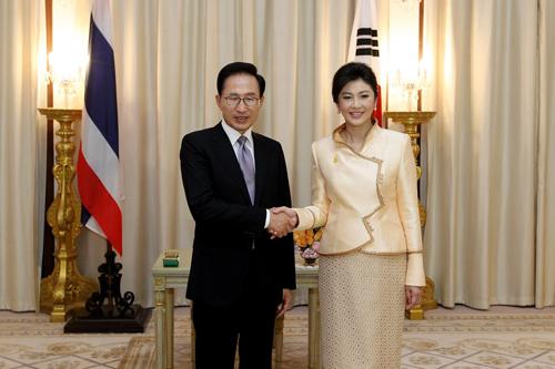 韩国总统李明博在泰国曼谷与泰国总理英拉