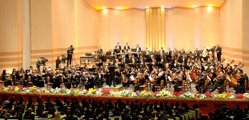 The New York Philharmonic plays Arirang at a concert in Pyongyang, North Korea in February 2008 (photo: Yonhap News).