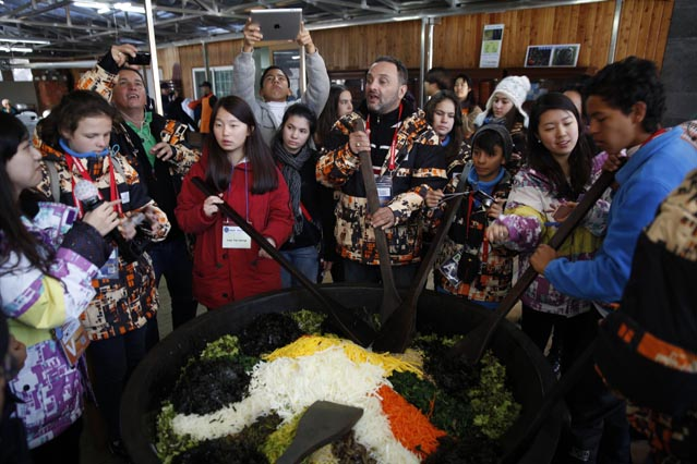 Participants of the Dream Program make a giant pot of bibimbap (photo courtesy of Gangwon Province).
