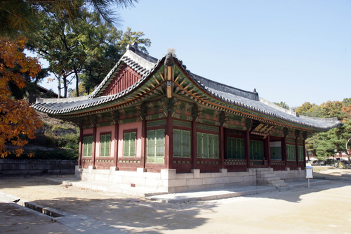 The Korea Tea Culture Association holds a Traditional Tea Etiquette Program at Yeongchunheon (pictured) in Changgyeonggung Palace twice each month (photo: Yonhap News).