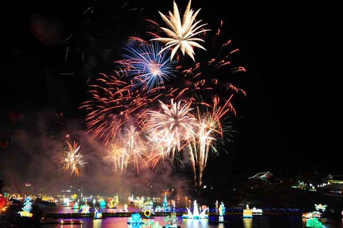 Fireworks at the Jinju Namgang Lantern Festival Festival add to the beauty of the lantern displays on the river (photo: Yonhap News).
