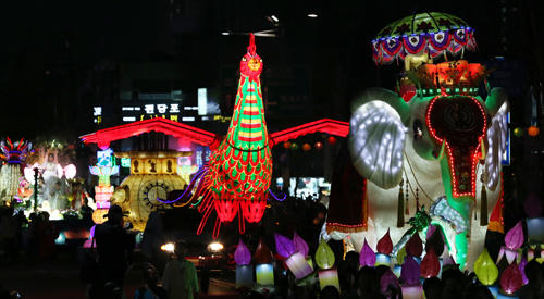 Lotus lanterns light up Seoul night